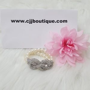 Jewelry - NWT ADORABLE WHITE PEARL WOMENS BRACELET